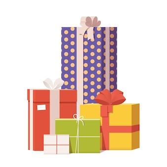 Куча красочных упакованных подарочных коробок украшены лентой.