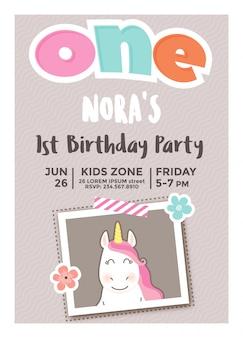 フォトフレームを持つ女の子のための最初の誕生日の招待状