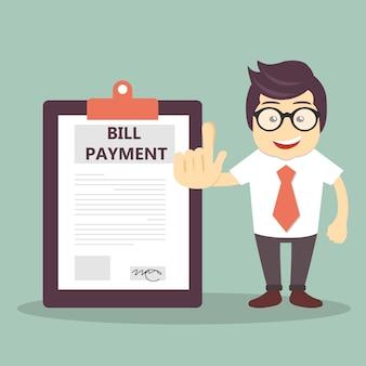 請求書の支払い書類の横のビジネスマン