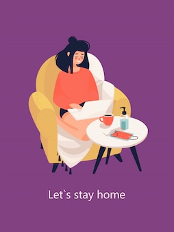 女性は自宅の居心地の良いアームチェアでラップトップに取り組んでいます。