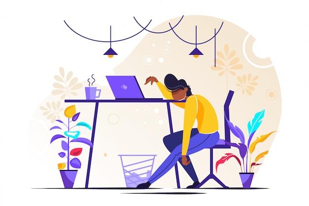 Молодой измученный женский менеджер сидит в офисе