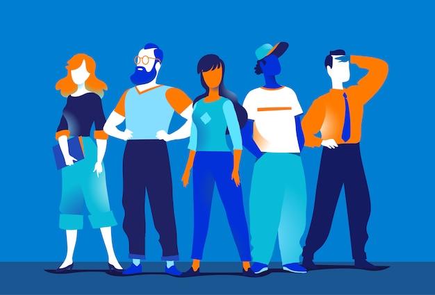 Команда молодых творческих женщин и мужчин, стоящих вместе