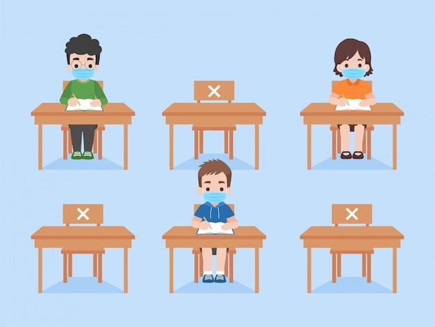 教育クラスを勉強している子供たちは社会的距離を保ちます