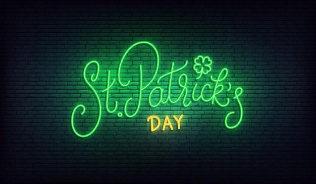 День патрика неоновый. счастливый день святого патрика, надпись светящийся зеленый знак. день святого патрика ирландский праздник