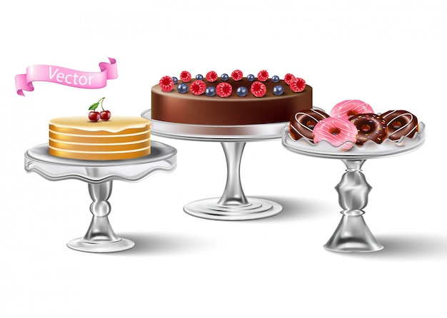 Изолированная сладкая коллекция стеклянных прозрачных подставок для тортов с десертами на вершине