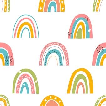 色の虹とのシームレスなパターン。明るいデザイン要素を持つシンプルな繰り返しテクスチャ。赤ちゃんの繊維と包装紙のテンプレートです。手描きの幾何学的な背景