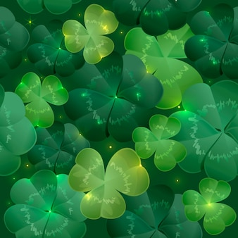 Зеленые пышные листья клевера