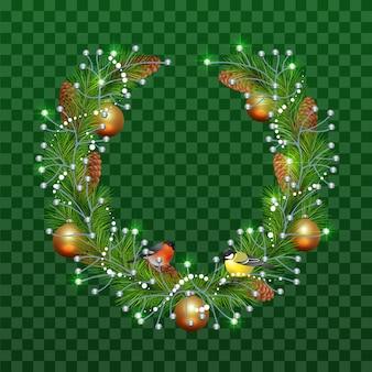 透明な緑の背景にモミの枝のクリスマスリース。休日の装飾クリスマスボール、マツ円錐形、ウソ、シジュウカラ