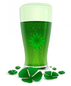 透明度の高いガラスのグリーンドリンクエール。聖パトリックの日の緑の葉四葉のクローバーシンボル