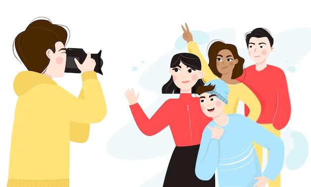 Группа в составе многонациональные мужские и женские друзья принимая фото на счастливый случай. профессиональный фотограф с камерой.
