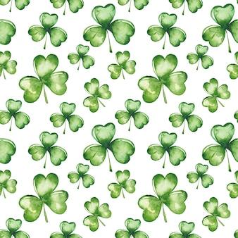 水彩の緑のクローバーはシームレスパターンを葉します。