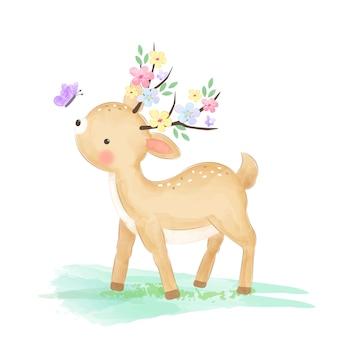 Милый ребенок олень, играя в саду с бабочкой