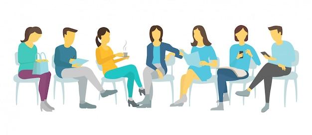 Семь человек устроились на работу сидя на стульях мужчины и женщины