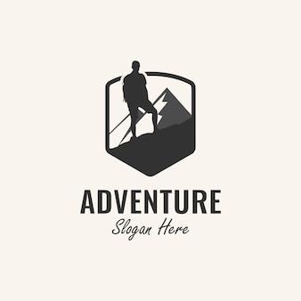 登山家と山の要素を備えたアドベンチャーロゴデザインのインスピレーション、
