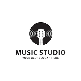 音楽スタジオのロゴのコンセプトのためのギターとディスクの組み合わせ