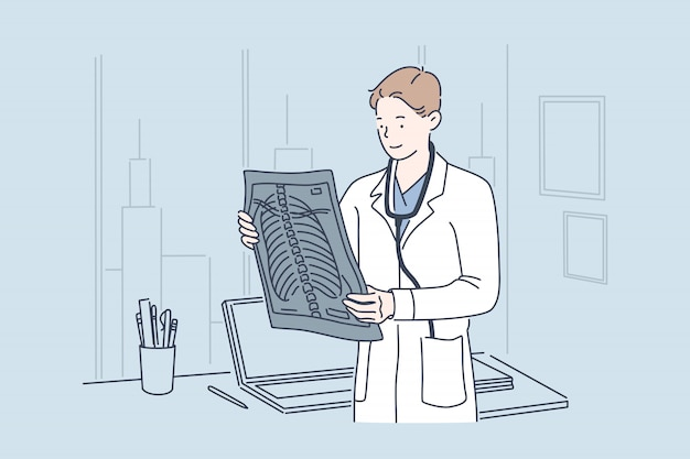 Доктор холдинг рентгеновского изображения.