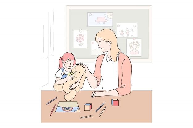 母性、子育て、ベビーシッター。母と娘が一緒に遊んで、プレイルームでおもちゃを持つ少女、お母さんが子供と過ごす時間、ママと子供の関係。シンプルフラット