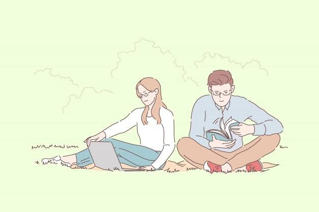 若いカップルの男と女の学生が一緒にプレゼンテーションを準備します。
