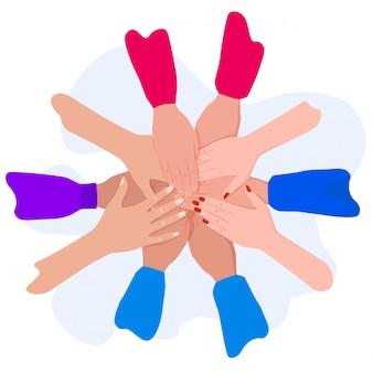 Люди соединяют руки.
