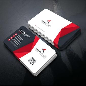 赤い形の訪問カード
