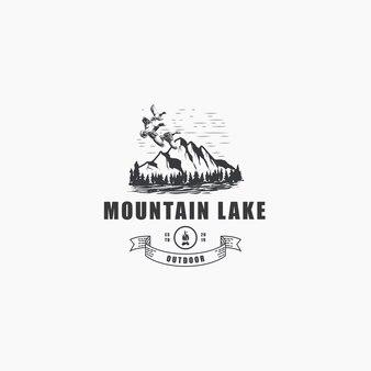 松と空飛ぶアヒルのロゴと屋外の山