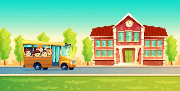 Веселые улыбающиеся дети, счастливые ученики, езда на желтом автобусе.