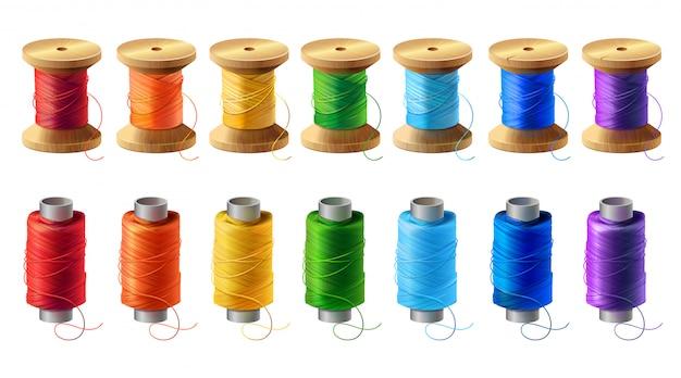 現実的な木製とプラスチック製のボビンのセット、色付きの糸でスプール