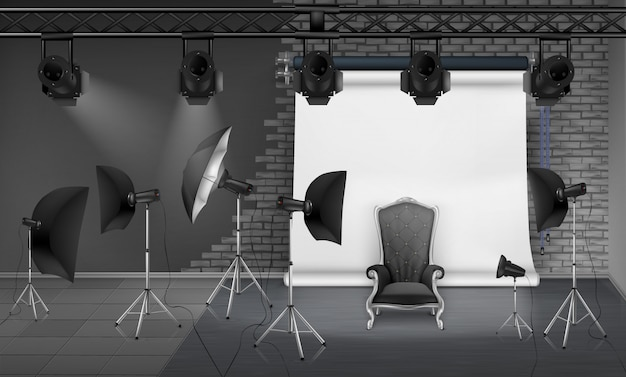 Интерьер фотостудии с пустым креслом, серая кирпичная стена, белый экран проектора, прожектор
