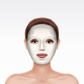 白い背景の上の美しい少女の顔に白い化粧品保湿顔シートマスク。