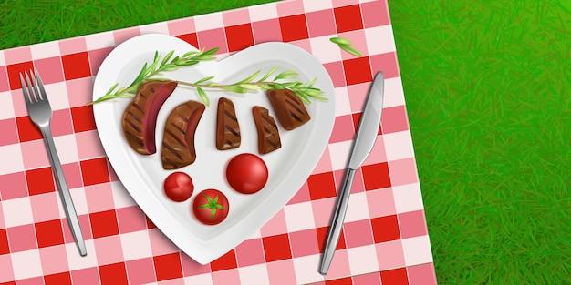 Вид сверху тарелка в форме сердца с жареным мясом