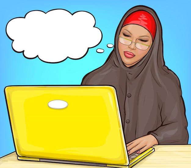 ラップトップでヒジャーブのアラビア語の女性
