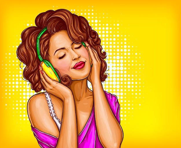 Женщина прослушивания музыки в наушниках поп-арт вектор