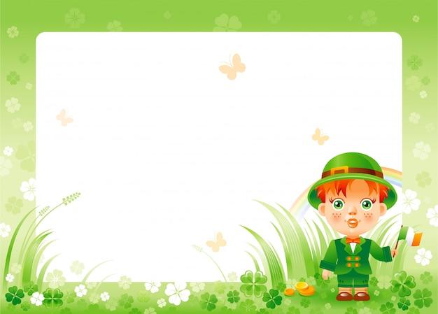 Счастливый день святого патрика с зеленой клеверной рамкой трилистника, радугой и милым мальчиком в национальном ирландском костюме.
