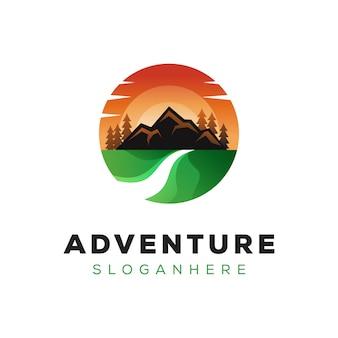 Зеленый пейзаж приключений горный логотип