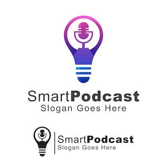 スマートポッドキャストのロゴ、スピーチのロゴ、マイクのロゴのコンセプトの電球、テンプレート
