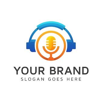 モダンなカラーのポッドキャストロゴ、最高の音楽ロゴ、マイク要素のコンセプトを持つヘッドフォン