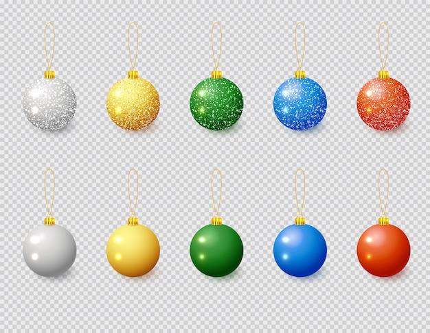 雪効果セット付きマルチカラークリスマスボール。白い背景の上のクリスマスガラス玉。休日の装飾テンプレート。