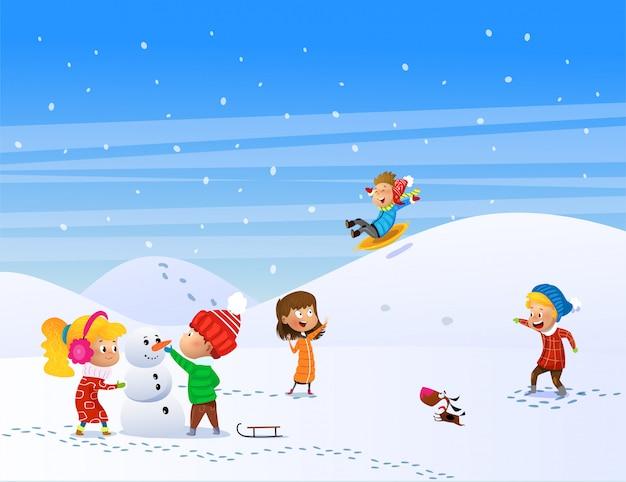 冬に屋外で遊ぶ子供たち