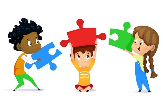 Дети соединяют кусочки головоломки, изолированные на белом