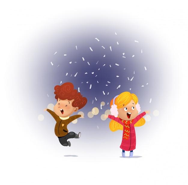 Ребенок смотрит снег падает с открытым ртом