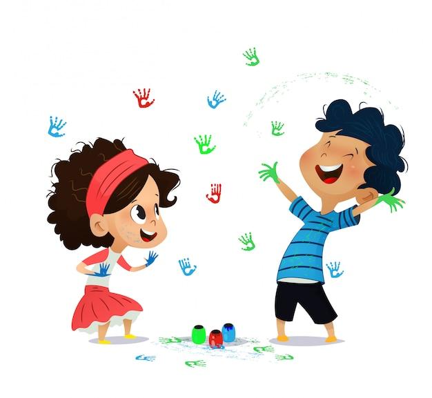 Милые дети рисуют рисунки на стене.