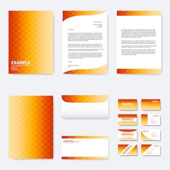 グラデーションオレンジ色の正方形ポリゴンとビジネス紙テンプレートのセット