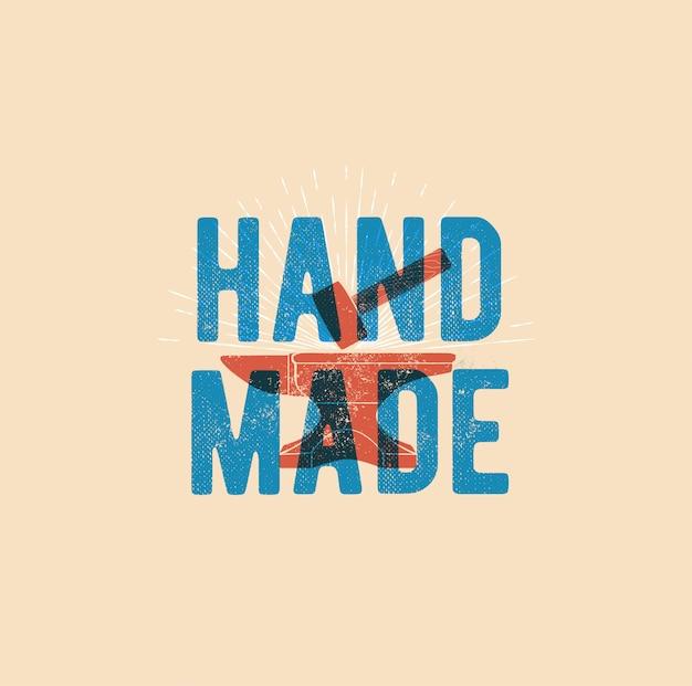 Слово ручной работы с хаммером в винтажном стиле