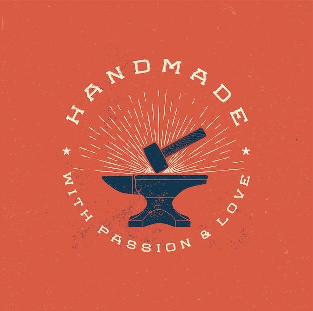 Логотип ручной работы с хаммером в винтажном стиле