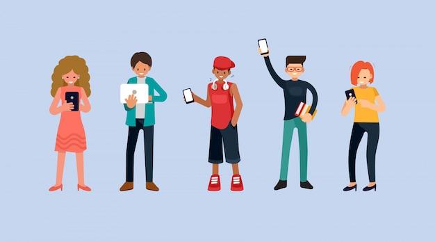 Мужчины и женщины, держащие смартфоны и текстовые сообщения, говорящие, слушающие музыку, группа мужских и женских персонажей мультфильма с мобильными телефонами и ноутбуком, плоская иллюстрация