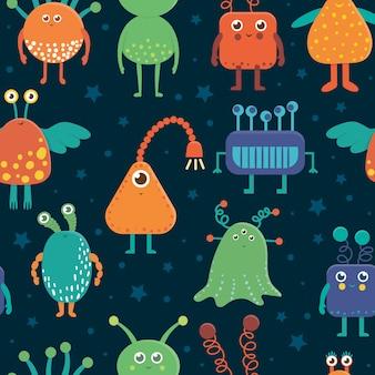 Бесшовный образец милых иностранцев для детей. яркая и забавная плоская иллюстрация улыбающихся инопланетных существ на синем фоне. космическая картинка для детей.