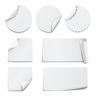 Набор белых бумажных наклеек на белом