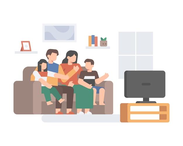 Семья вместе смотрит телевизор на диване