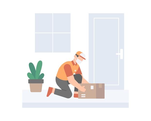 Молодой курьер в маске для лица доставляет коробку перед дверью дома клиента