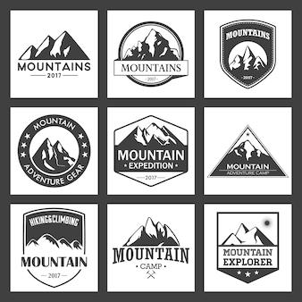 山旅行、アウトドアアドベンチャーロゴセット。観光組織、イベント、キャンプレジャーのためのハイキングおよび登山記章。